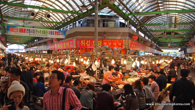 A view of the market's main intersection from Gwangjang Traditional Market in Seoul (광장시장).