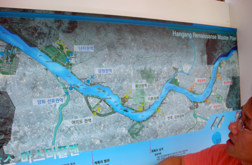 A map of all the features of the Banpo Hangang Riverside Park in Seoul.